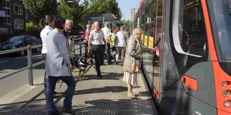 mensen beperking openbaar vervoer den haag